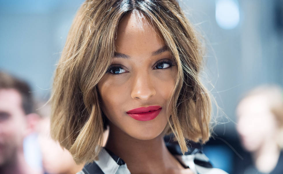 Honey skin, tawny eyes and ruby red lips were the lust-worthy looks created by Burberry Makeup Artistic Consultant Wendy Rowe. Proving the classic lip look is far from dated, we're all shopping Burb's Lip Cover in Ruby No.18 for a power pout ourselves. Jourdan Dunn, here we come.