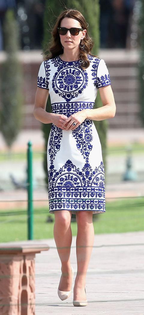 For et besøk til Taj Mahal, hertuginnen valgt for denne blå og hvite Naeem Khan kjole.Vi elsker alt om den, fra print til den vakre kuttet.