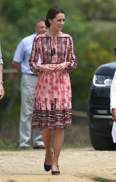 Ja for Kate Middleton som fører flagg for den store britiske high street i denne Topshop kjole!Elsker fargen, elsker print, elsker alt.